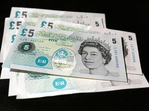 Billetes de 5 libras esterlinas fabricados con una película transparente de polipropileno recubierta con una capa de tinta.