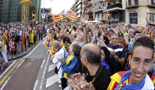 Cientos de personas congregadas frente a la Sagrada Familia participan en la cadena humana por la independencia organizada hoy por la Asamblea Nacional Catalana (ACN), en coincidencia con la Diada de Cataluña.