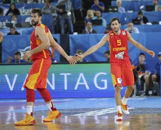 El jugador español Marc Gasol (i) y su compañero Rudy Fernandez se felicitan tras una jugada durante el partido Grecia-España.