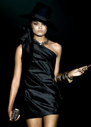 Una modelo luce una creación de Roberto Verino para la primavera-verano 2014.