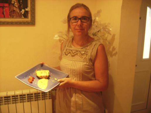 Francisca Cuevas, mostrando su 'migraut' de manzana.