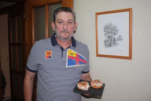 Antonio Cambil, con su plato de anguriñas con melocotón.