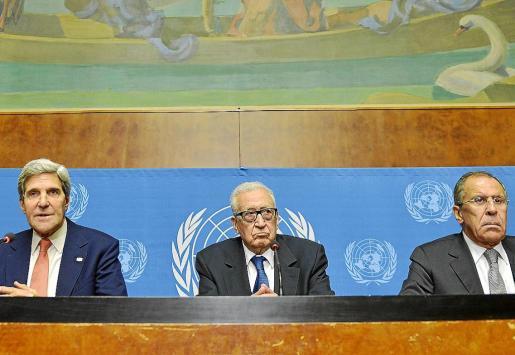 John Kerry, Lajdar Brahimi y Sergei Lavrov, en el Palacio de las Naciones de Ginebra.