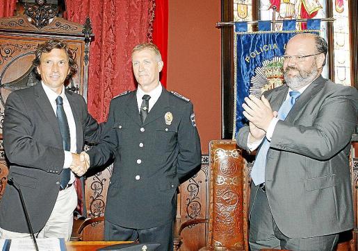 El alcalde Mateo Isern, con el intendente Antoni Vera y el regidor Guillermo Navarro.