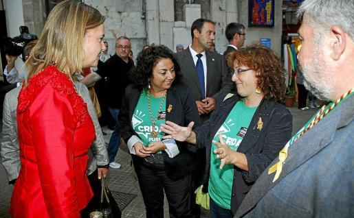 La presidenta del Consell conversa con los consellers de Més a la entrada del Teatre Principal.