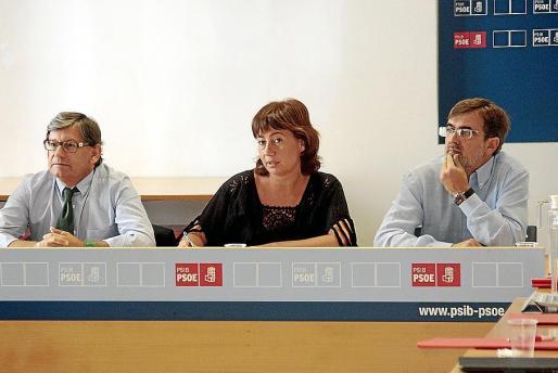 Francina Armengol, entre Thomás y Antich, presidiendo la reunión de ayer. FOTO: JOAN TORRES