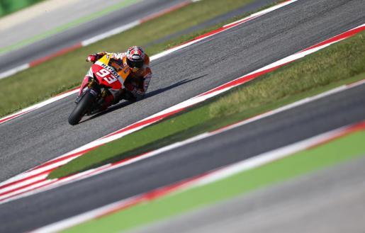 El español Marc Márquez conduce su moto durante la sesión de clasificación del Gran Premio de San Marino.