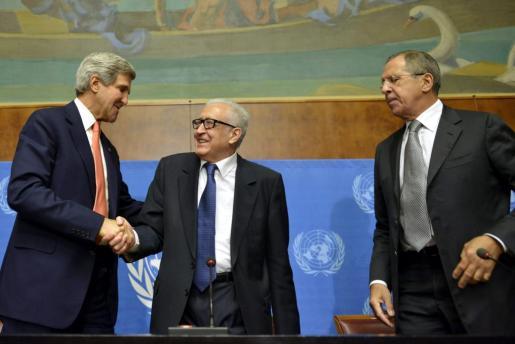 El secretario de Estado estadounidense, John Kerry (i), estrecha la mano del mediador internacional para Siria, Lajdar Brahimi (c), junto al ministro ruso de Exteriores, Sergei Lavrov.
