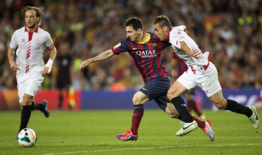 """El delantero argentino del FC Barcelona Leo Messi (c) trata de escapar de """"Cala"""" (d), del Sevilla,."""