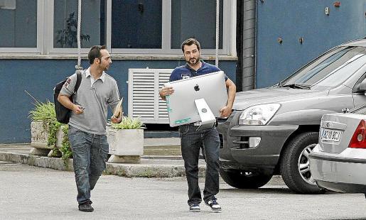 Dos agentes de Información se llevan un ordenador de San Fernando.