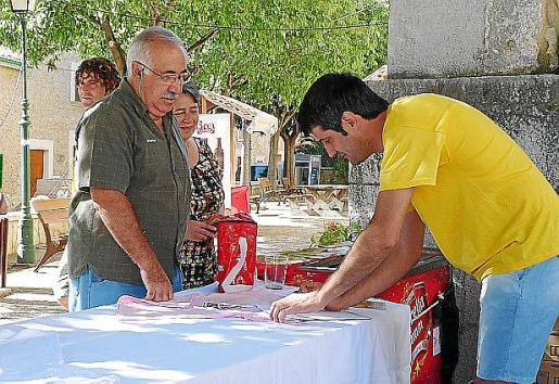 Uno de los concursantes entrega su cerveza casera.