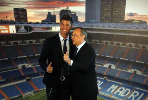 El jugador del Real Madrid Cristiano Ronaldo y su presidente, Florentino Pérez, posan tras la firma.