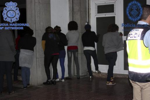 Antes de la detención, los agentes identificaron a un gran número de prostitutas en la Platja de Palma.