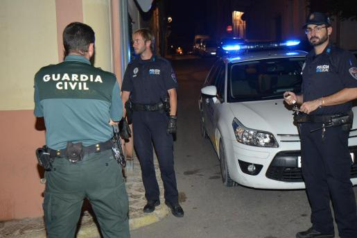 Agentes de la Policía Local de Andratx y de la Guardia Civil tuvieron que ayudar a los sanitarios para trasladar a los heridos al hospital de Son Espases.
