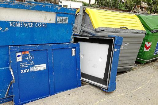 La caja de embalaje de cuadros, ayer, junto al contenedor, en una calle de Palma.