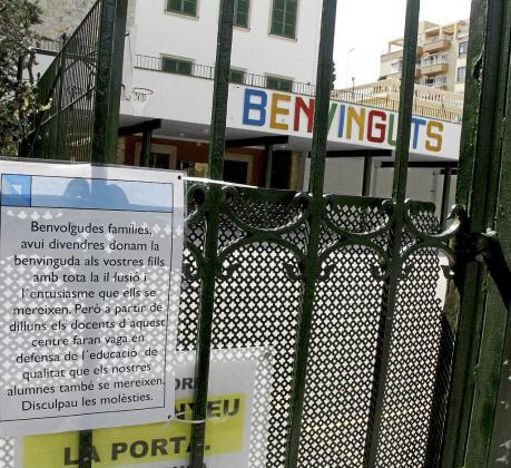 El colegio Pius XII ha colocado un cartel dando la bienvenida a las familias y anunciando que harán huelga.