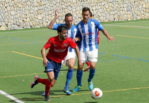 Los jugadores del Atlètic Balears Joan Vich y Xisco Hernández intentan presionan la salida de balón del Olot, ayer, en Magaluf.