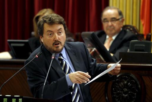 Antoni Camps. en una de sus intervenciones en el Parlament.
