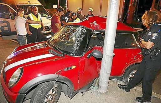 El coche se estrelló contra una farola a la altura del cementerio de Palma.