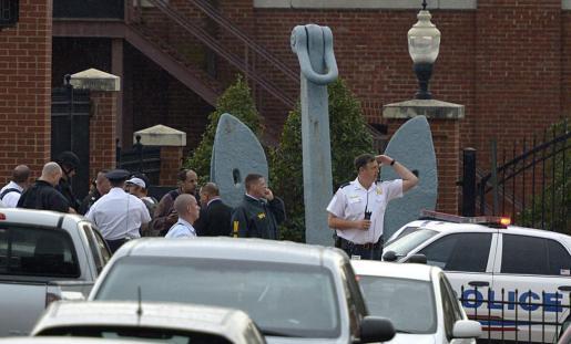 Varios policías en el escenario de un tiroteo en instalaciones de la Armada en Washington,.