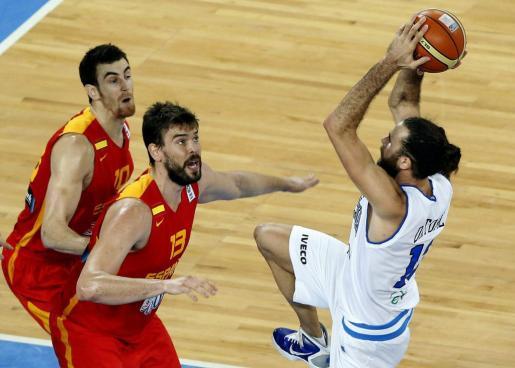 El pívot de la selección española Marc Gasol (c), el alero Víctor Claver (izda),observan al italiano Luigi Datome con el balón durante el partido de la segunda fase del Eurobasket 2013.