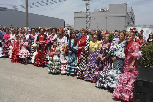 Muchos, la mayoría mujeres, asistieron al acto religioso y a la posterior celebración vestidos con el colorido y alegre traje andaluz.