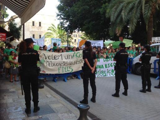 El cordón policial ha impedido el paso a los manifestantes.
