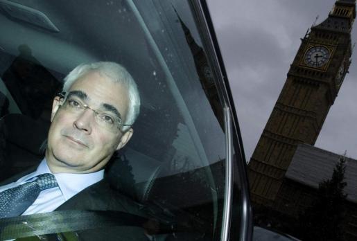 El responsable del Tesoro británico, Alistair Darling, ayer a su salida del Parlamento británico.