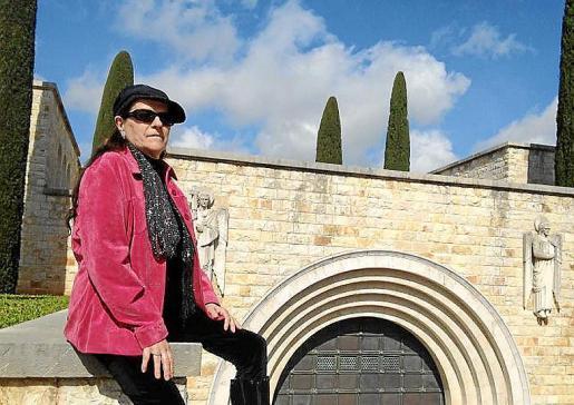Ana Gallart, delante del panteón de la familia March.