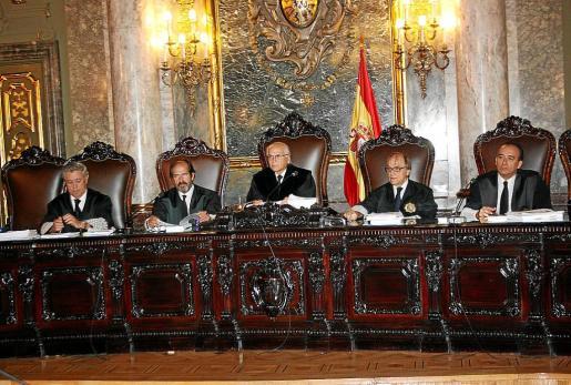 Los magistrados del Supremo escuchan las exposiciones de los abogados y de las acusaciones.