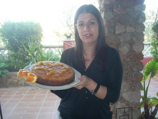 Catalina Massot muestra su coca glaseada de naranjas con Oli de Mallorca DO