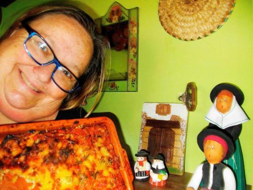 Caroline Balea muestra su cazuela de verduras y huevos camperos