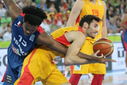 Rudy Fernandez lucha un balón con el francés Mickael Gelabale.