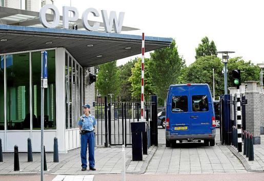 Inspectores de la ONU llegan a la sede de la Organización para la Prohibición de las Armas Químicas, en La Haya.