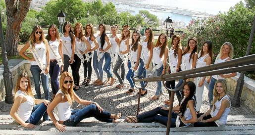 Las diecinueve aspirantes al título oficial de Miss Tourism Spain 2013, evento que sustituye al desaparecido Miss España, posan en las escaleras de acceso al Castell de Bellver.