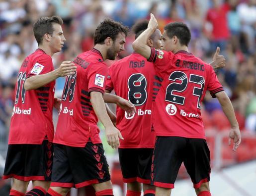 Los jugadores del Mallorca celebran el gol de Casadesús.