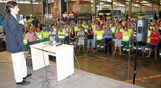 Andreu Garau dirigiéndose a los trabajadores de la empresa municipal.