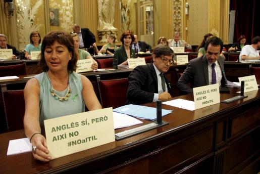 Francina Armengol, en primer término, en el último pleno del Parlament.