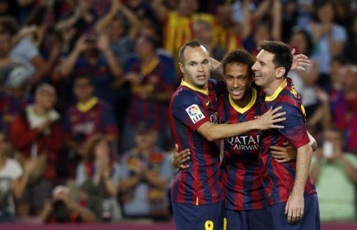Neymar (centro), Lionel Messi (derecha) y Andrés Iniesta celebran uno de los goles del partido.