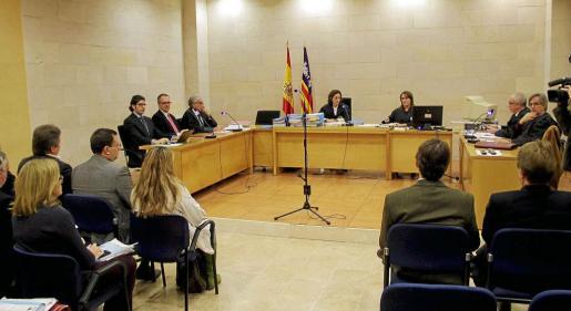 Imagen de diciembre de 2011 cuando se aprobó el convenio de acreedores del Real Mallorca. En el centro, la jueza María Encarnación González.
