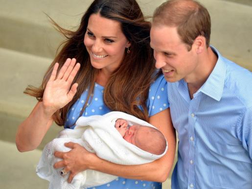 Fotografía cedida del príncipe Guillermo, duque de Cambridge (d) y su esposa, la duquesa Catalina al salir del hospital St. Mary con su esposa, Catalina tras dar a luz.