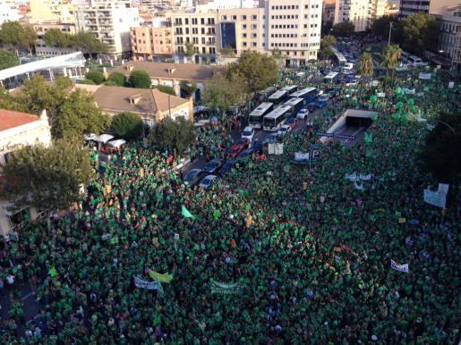 Miles de personas se han dado cita en la Plaça d'Espanya para comenzar la manifestación.