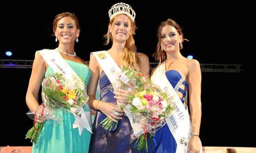 Lorena Abrines, María Sierra y Natalia Ferrer, tras recibir sus bandas como las más guapas de la noche.