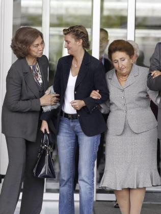 La Reina Sofía, junto a la infanta Margarita (d), hermana del Rey Juan Carlos, y su hija María Zurita (c), a su llegada hoy al Hospital Quirón Madrid para visitar al monarca.