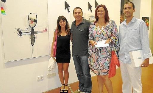 La artista Bel Fullana, Jeroni Salom, Caterina Vallés y Pep Lluís García posan junto a la obra ganadora del certamen.