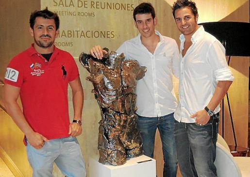 Ernesto Rodríguez junto al galerista Biel Perelló y al chef Santi Taura.