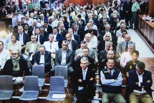 Imagen captada de un monitor en la sala de prensa de la Audiencia. El exalcalde de Marbella Julián Muñoz (2d), el exasesor urbanístico del Ayuntamiento marbellí Juan Antonio Roca (d), y el constructor granadino José Ávila Rojas (3d), momentos antes de comenzar la lectura de la sentencia