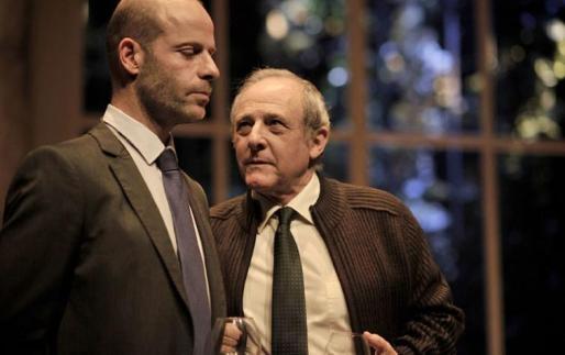 Los actores Emilio Gutiérrez Caba y Eduard Farelo, mano a mano en la obra de teatro 'Poder absoluto'.