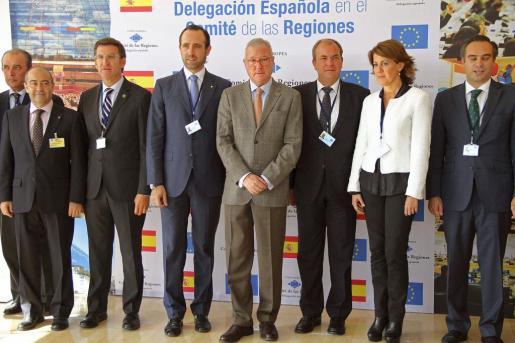 Los presidentes de Galicia, Alberto Núñez Feijoo (3i); Baleares, José Ramón Bauzá (4i); Murcia, Ramón Luis Valcárcel (c); Extremadura, José Antonio Monago (3d), y Navarra, Yolanda Barcina (2d), posan junto a los miembros de la delegación española en el Comité de las Regiones hoy en Bruselas. EFE/Alfredo López Calbacho