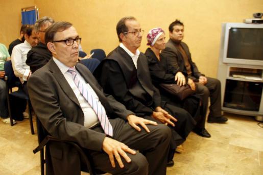 Vicente Grande, en primer plano, hoy en el banquillo de los acusados.